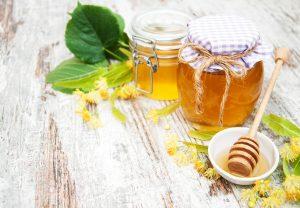 Porque não devemos dar mel ou tisanas a bebés com menos de 1 ano?